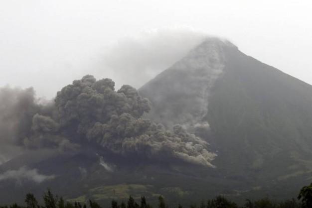 Filippine, esplode il vulcano Mayon: 12mila persone avacuate