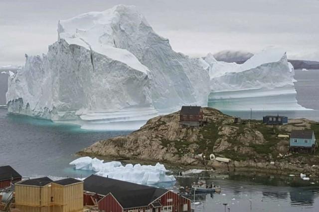 Groenlandia: iceberg si arena nei pressi di un villaggio